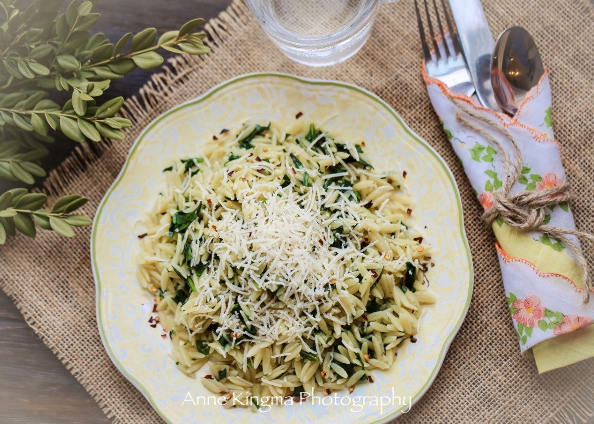 orzo with spinach and garlic plated